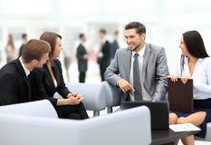 Счастливые бизнесмены говоря на встрече на офисе Стоковое Изображение