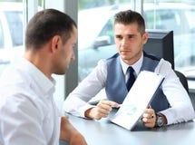 Счастливые бизнесмены говоря на встрече Стоковые Фото