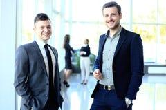 Счастливые бизнесмены говоря на встрече Стоковое фото RF