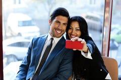 Счастливые бизнесмены делая selfie Стоковая Фотография RF