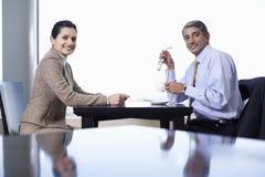 Счастливые бизнесмены на таблице кафа Стоковые Фото