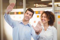 Счастливые бизнесмены обсуждая в офисе Стоковая Фотография RF