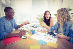 Счастливые бизнесмены работая на столе в творческом офисе Стоковые Фотографии RF