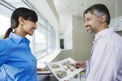 Счастливые бизнесмены смотря один другого Стоковые Изображения