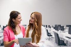 Счастливые бизнес-леди используя таблетку Стоковое Изображение RF