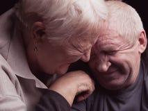 Счастливые более старые пары на черной предпосылке стоковое фото rf