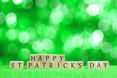 Счастливые блоки дня St Patricks с мерцая зеленой предпосылкой Стоковая Фотография