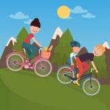 Счастливые велосипеды катания семьи в горах tho bicycle woman Отец и сынок Стоковое Фото