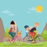 Счастливые велосипеды катания семьи в горах tho bicycle woman Отец и сынок Стоковая Фотография