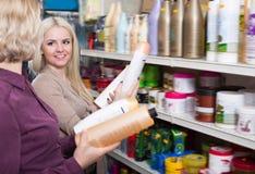 Счастливые взрослые женщины выбирают шампунь Стоковая Фотография