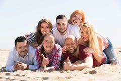 Счастливые взрослые на пляже Стоковая Фотография