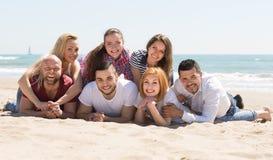 Счастливые взрослые на пляже Стоковое Изображение