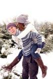 Счастливые взрослые пары в парке в зиме стоковая фотография