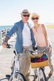 Счастливые вскользь пары идя для велосипеда едут на пристани Стоковое Изображение RF