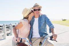 Счастливые вскользь пары идя для велосипеда едут на пристани Стоковая Фотография