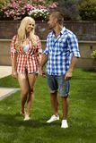 Счастливые вскользь пожененные пары в открытом саде Стоковое Изображение