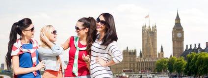 Счастливые девочка-подростки или молодые женщины в городе Лондона Стоковые Изображения RF