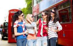 Счастливые девочка-подростки или молодые женщины в городе Лондона Стоковая Фотография RF