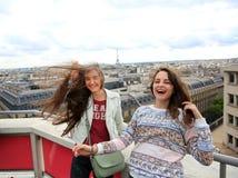 Счастливые девушки в Париже Стоковое Фото