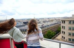 Счастливые девушки в Париже Стоковые Фотографии RF