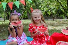 Счастливые девушки есть арбузы Стоковая Фотография RF