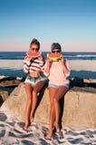 Счастливые девушки есть арбуз на пляже Приятельство, happines Стоковые Фото