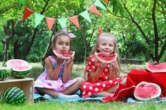 Счастливые девушки есть арбуз Стоковое Фото