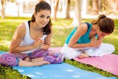 Счастливые девушки делая йогу Стоковые Изображения RF