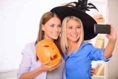Счастливые девушки делая фото Стоковая Фотография RF