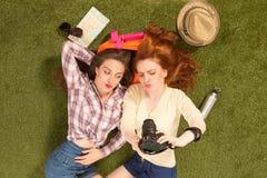 Счастливые девушки делая selfies Стоковое Изображение