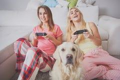Счастливые девушки играя видеоигры Стоковая Фотография RF