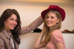 Счастливые девушки имея потеху пока ходящ по магазинам Стоковые Изображения RF
