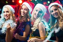 Счастливые девушки на рождестве Стоковая Фотография