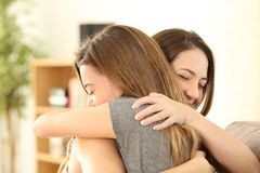 Счастливые девушки обнимая дома Стоковые Изображения RF
