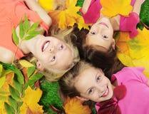 Счастливые девушки осени Стоковые Фотографии RF