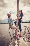 Счастливые девушки отдыхая на яхте Стоковое Фото