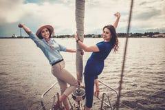 Счастливые девушки отдыхая на яхте Стоковая Фотография RF