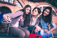 Счастливые девушки принимают selfie Стоковое Изображение RF