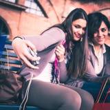 Счастливые девушки принимают selfie Стоковые Фото
