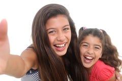 Счастливые девушки принимая автопортрет Стоковая Фотография