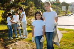 Счастливые девушки работая в добровольной группе Стоковое Изображение RF