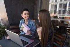 Счастливые девушки смотря один другого Стоковое Изображение RF