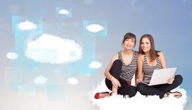 Счастливые девушки смотря современную сеть облака Стоковое фото RF