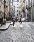 Счастливые девушки студента в Париже Стоковое фото RF