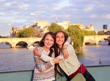Счастливые девушки студента в Париже Стоковая Фотография
