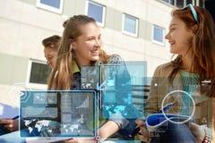 Счастливые девушки студента с тетрадями на школьном дворе Стоковое Фото