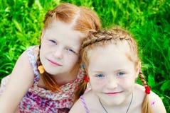 Счастливые девушки с красными волосами outdoors в лете Стоковая Фотография