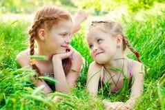 Счастливые девушки с красными волосами outdoors в лете Стоковая Фотография RF