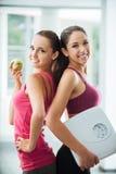 Счастливые девушки dieting и теряя вес Стоковое Изображение RF