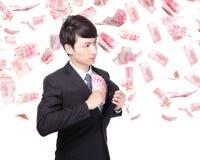 Счастливые деньги Китая владением бизнесмена Стоковое Изображение